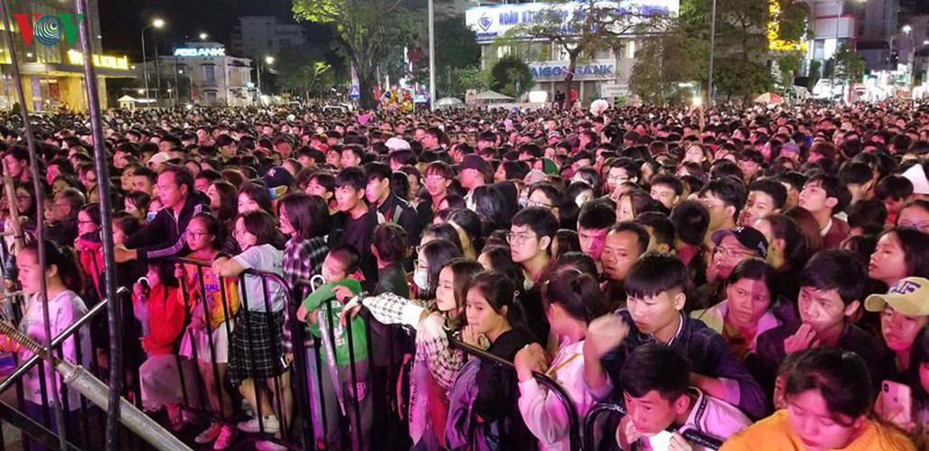 people throughout vietnam start 2020 with joyous celebrations hinh 2