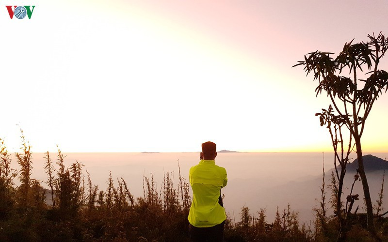 viewing a spectacular sunset from ky quan san mountain hinh 1