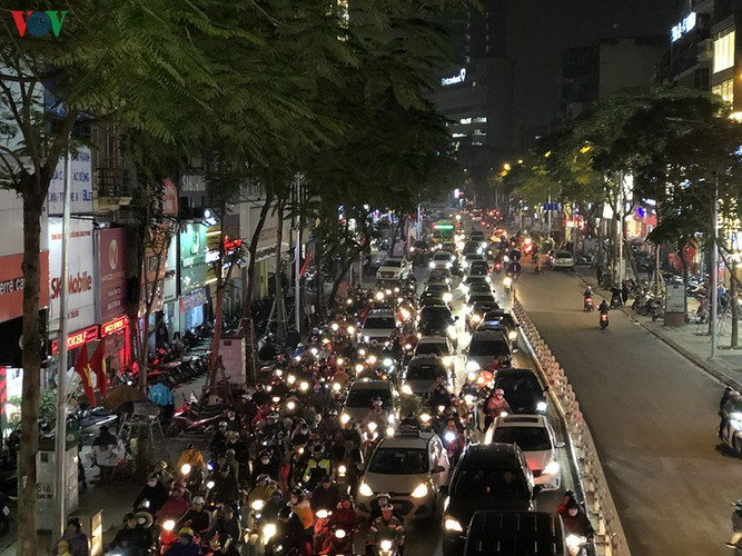 hanoi's streets hit by severe traffic congestion as tet draws near hinh 14
