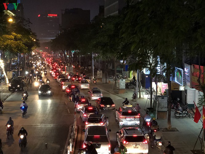 hanoi's streets hit by severe traffic congestion as tet draws near hinh 15
