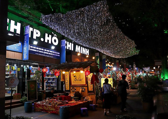 nguyen van binh book street in hcm city hosts vibrant tet atmosphere hinh 2