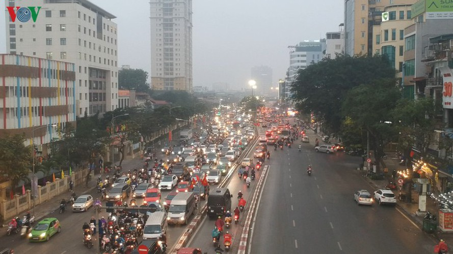 hanoi's streets hit by severe traffic congestion as tet draws near hinh 4