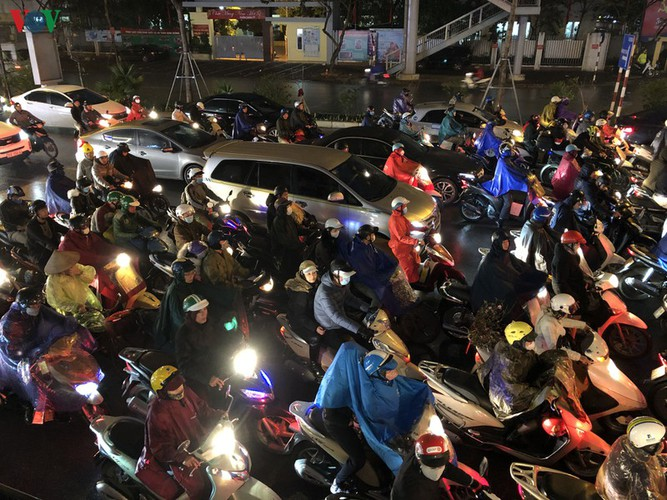 hanoi's streets hit by severe traffic congestion as tet draws near hinh 7