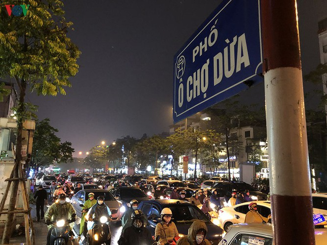 hanoi's streets hit by severe traffic congestion as tet draws near hinh 9