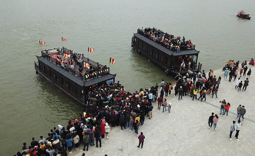 thousands descend on tam chuc pagoda during the start of lunar new year hinh 2