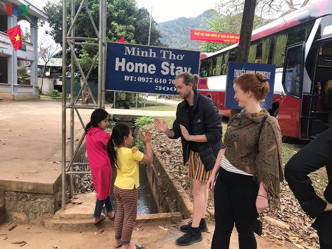 foreigners savour tranquil scenery of villages in mai chau hinh 12
