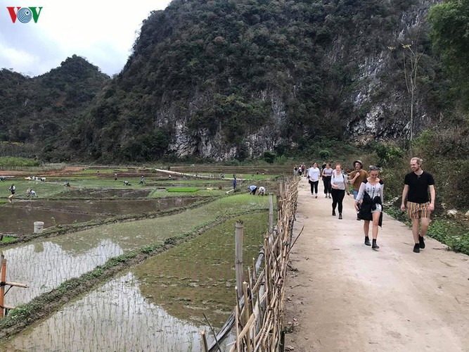 foreigners savour tranquil scenery of villages in mai chau hinh 3