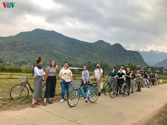 foreigners savour tranquil scenery of villages in mai chau hinh 6