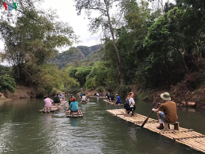 foreigners savour tranquil scenery of villages in mai chau hinh 7
