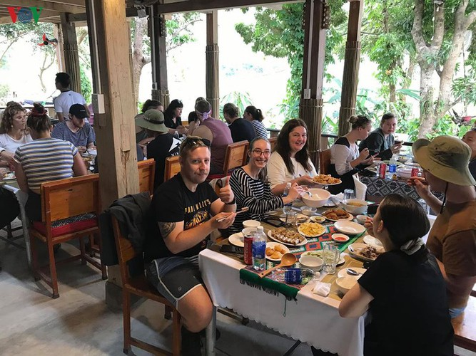 foreigners savour tranquil scenery of villages in mai chau hinh 9