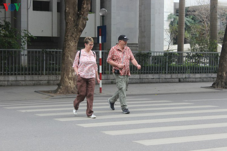 foreign tourists in hanoi wander streets without face masks hinh 10