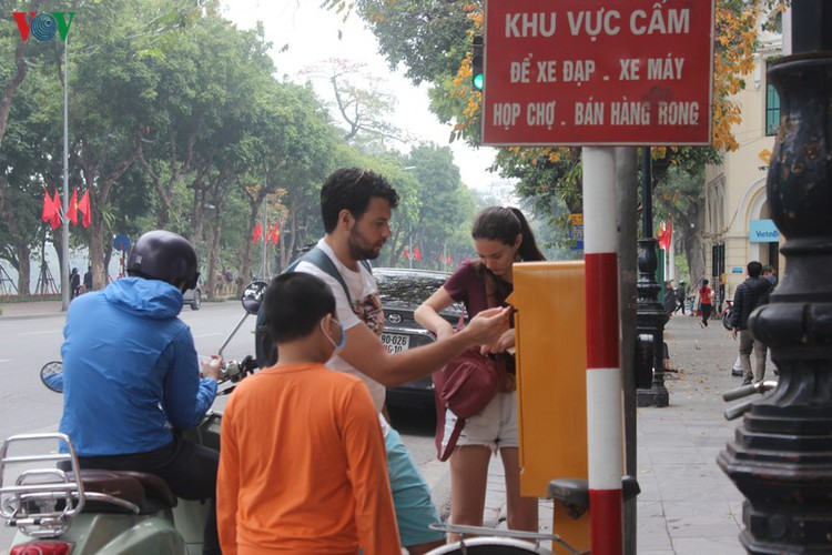 foreign tourists in hanoi wander streets without face masks hinh 11