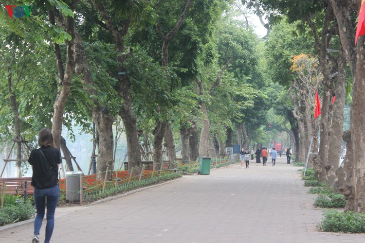 foreign tourists in hanoi wander streets without face masks hinh 1