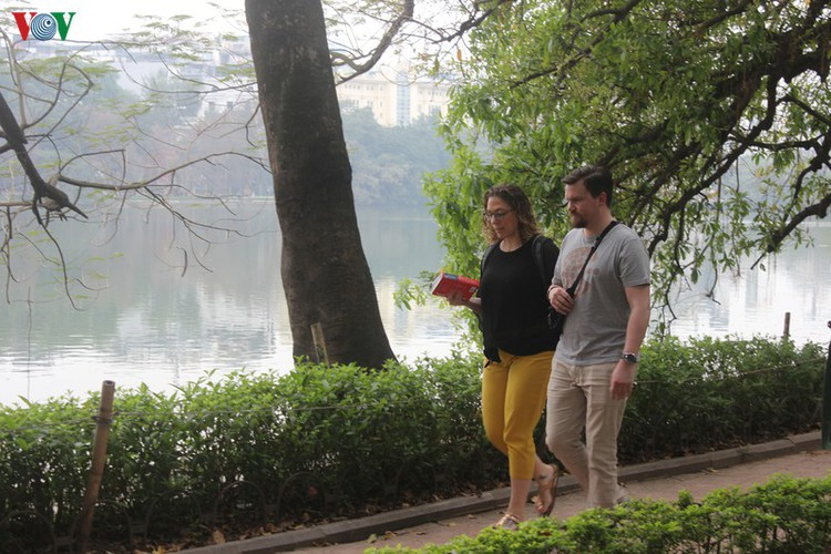 foreign tourists in hanoi wander streets without face masks hinh 3