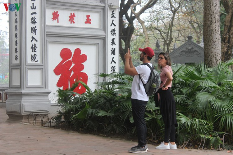 foreign tourists in hanoi wander streets without face masks hinh 5