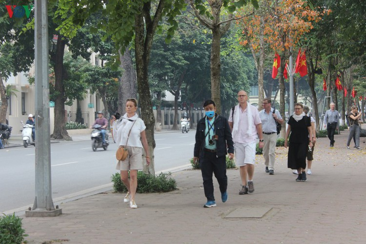 foreign tourists in hanoi wander streets without face masks hinh 8