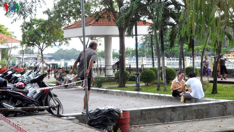 hcm city residents ignore social distancing order, gather in crowds hinh 10