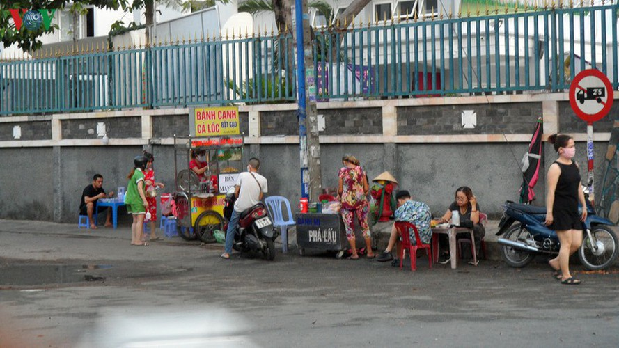 hcm city residents ignore social distancing order, gather in crowds hinh 12