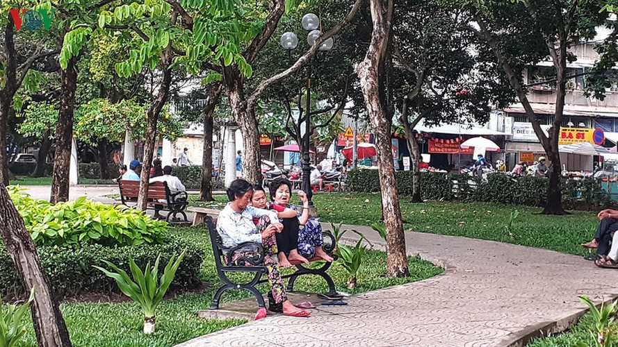 hcm city residents ignore social distancing order, gather in crowds hinh 3