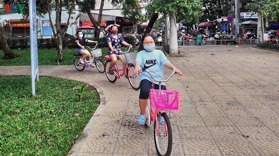hcm city residents ignore social distancing order, gather in crowds hinh 4