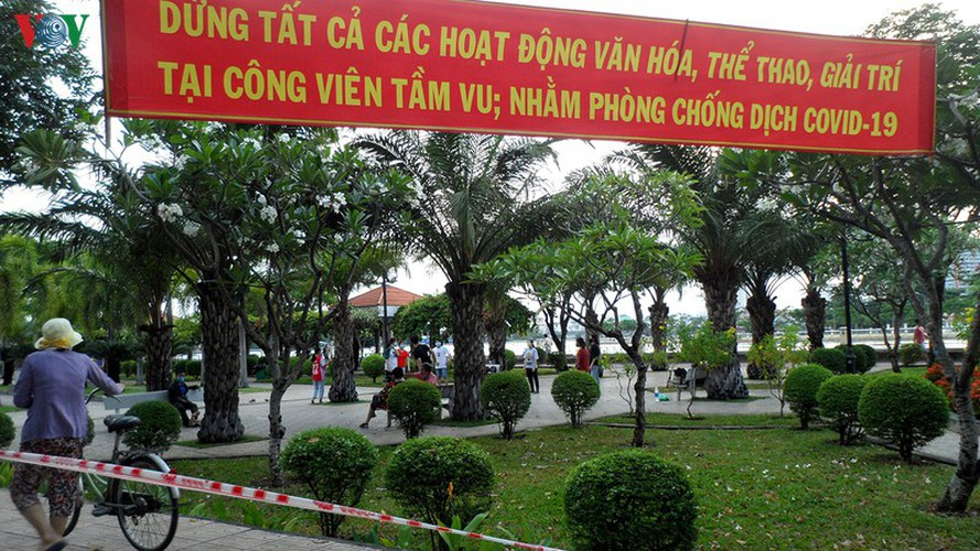 hcm city residents ignore social distancing order, gather in crowds hinh 8