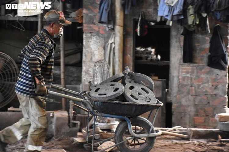 metal casting workers struggle under scorching temperatures hinh 10