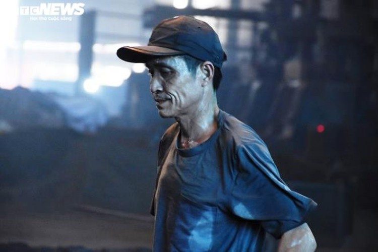 metal casting workers struggle under scorching temperatures hinh 13