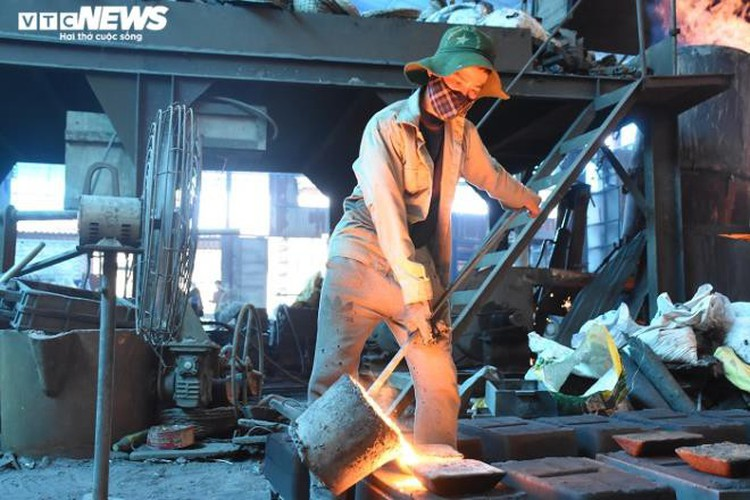 metal casting workers struggle under scorching temperatures hinh 14