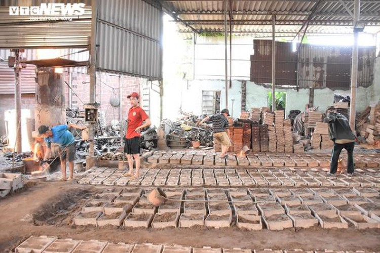 metal casting workers struggle under scorching temperatures hinh 2