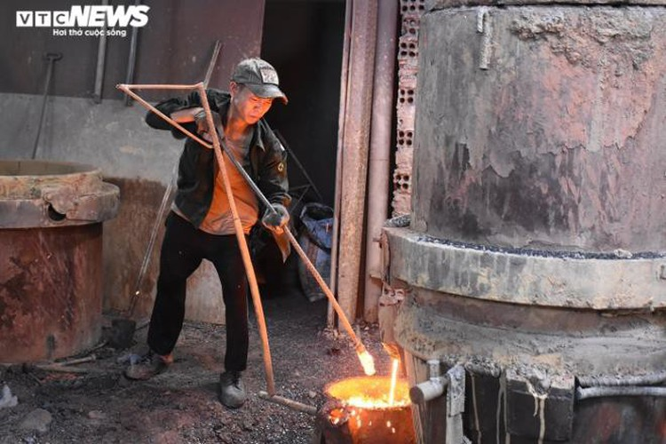 metal casting workers struggle under scorching temperatures hinh 6