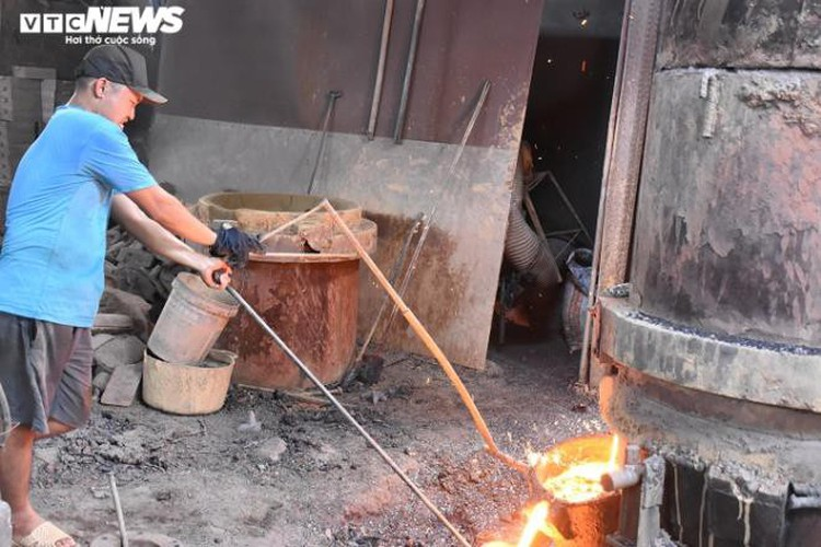 metal casting workers struggle under scorching temperatures hinh 7