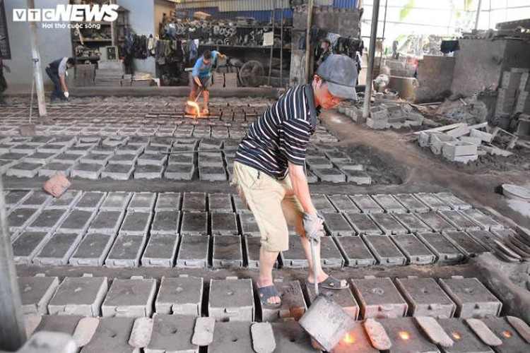 metal casting workers struggle under scorching temperatures hinh 8
