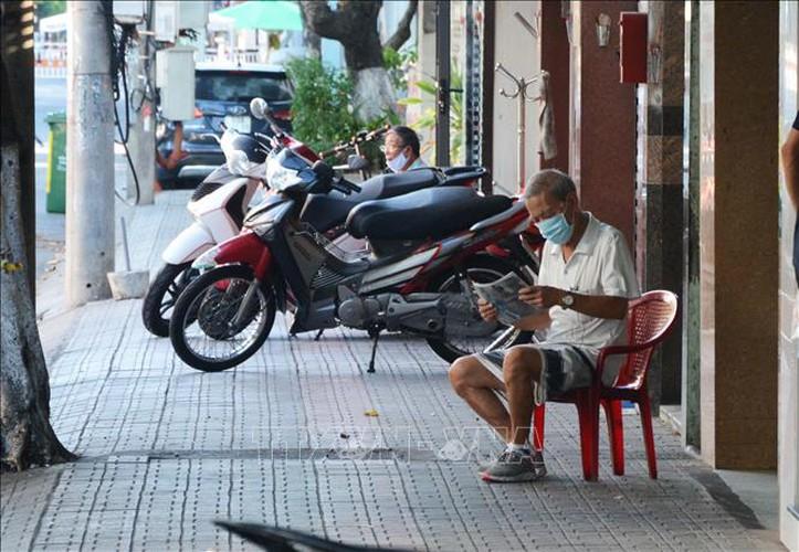 life falls quiet for citizens in blockaded da nang hinh 1