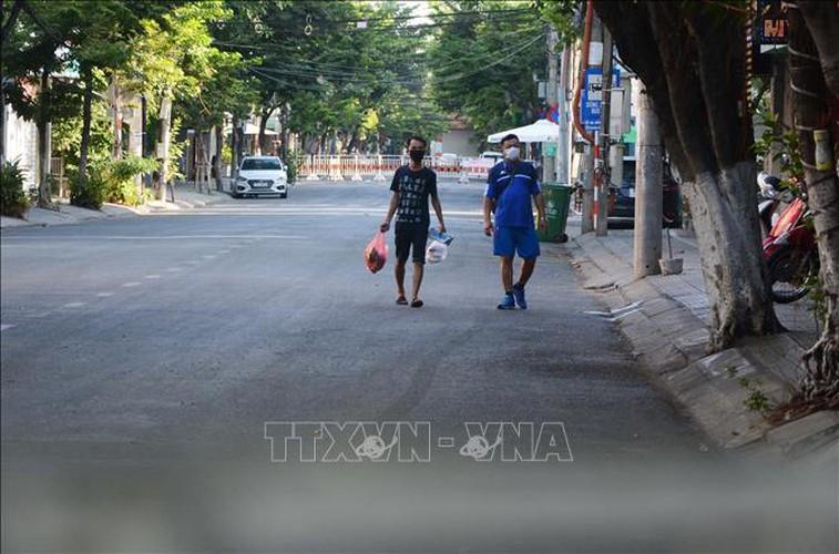life falls quiet for citizens in blockaded da nang hinh 2