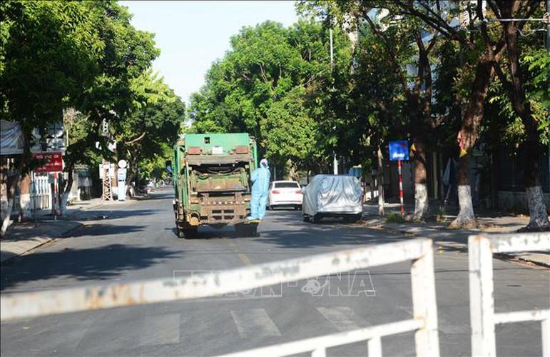 life falls quiet for citizens in blockaded da nang hinh 7