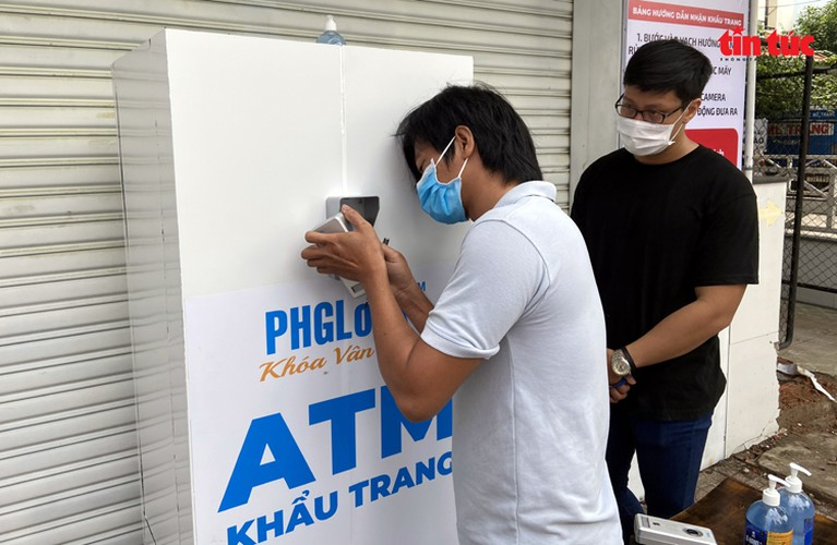 free 'face mask atm' comes into operation in hcm city hinh 1