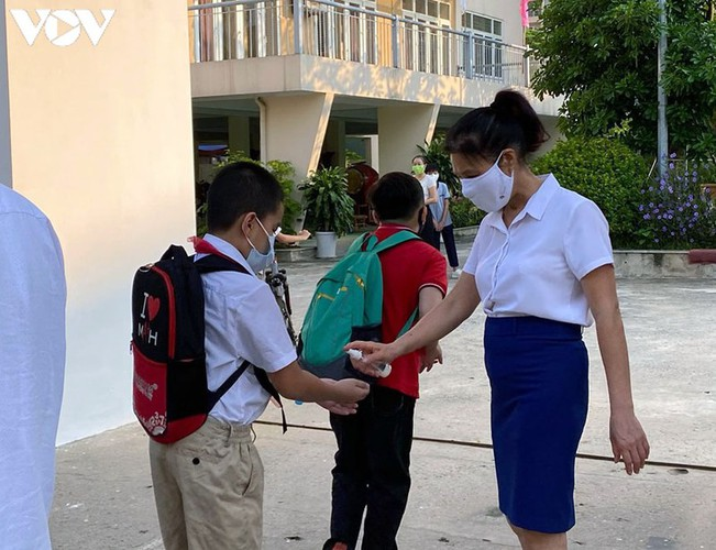 students in hanoi head back to school on september 1 hinh 16