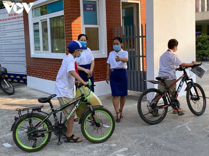 students in hanoi head back to school on september 1 hinh 1