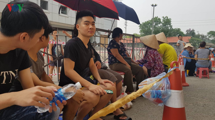 fans queue all night to secure tickets for myanmar clash hinh 6