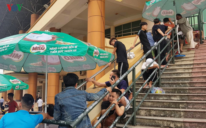 fans queue all night to secure tickets for myanmar clash hinh 8