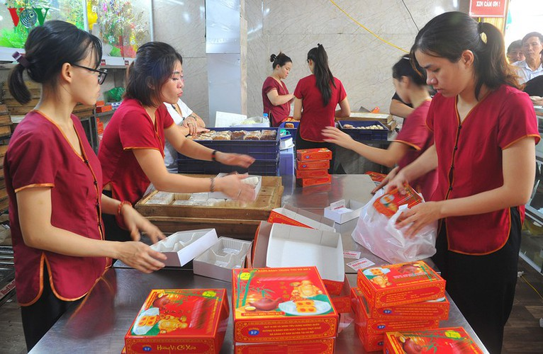 people queue for mooncakes as mid-autumn festival nears hinh 11