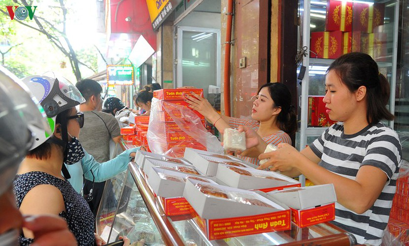 people queue for mooncakes as mid-autumn festival nears hinh 12