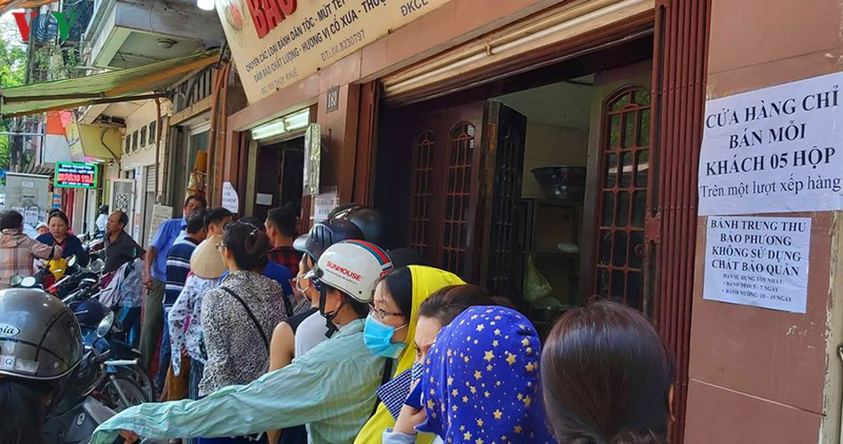 people queue for mooncakes as mid-autumn festival nears hinh 1