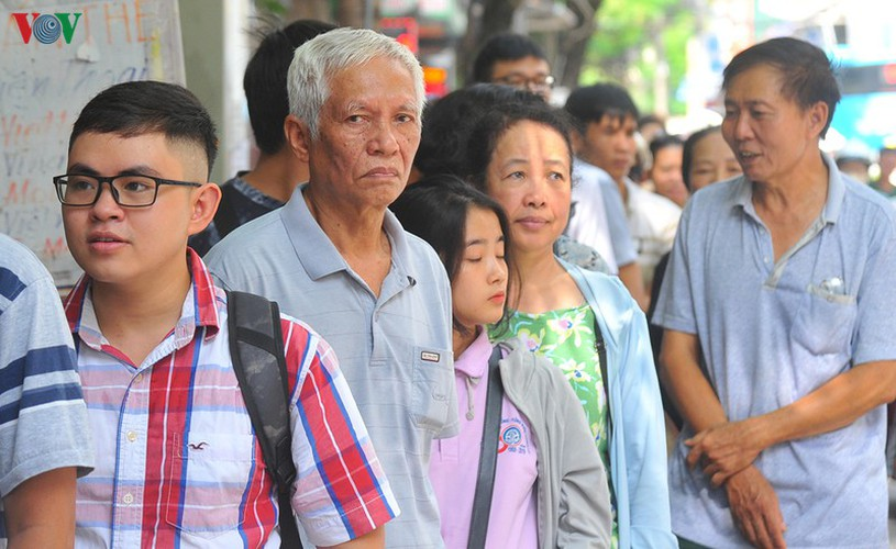 people queue for mooncakes as mid-autumn festival nears hinh 3