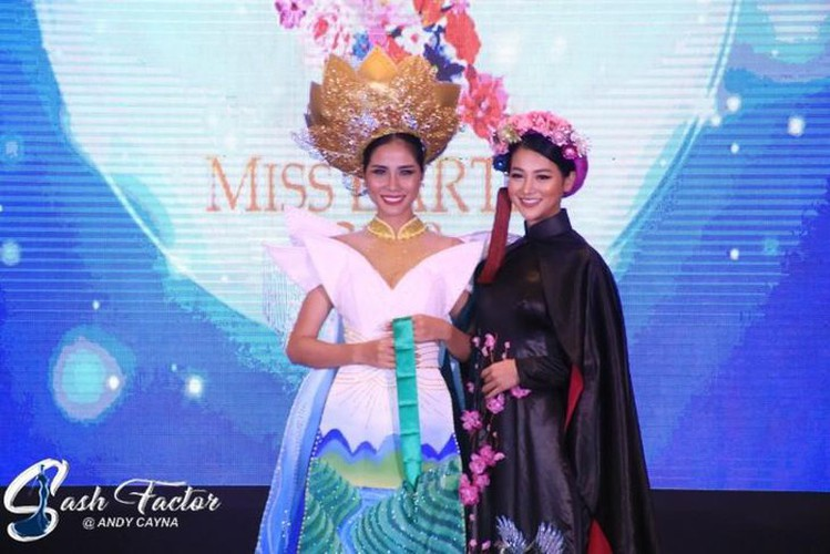 hoang hanh wins bronze in miss earth's national costume contest hinh 1