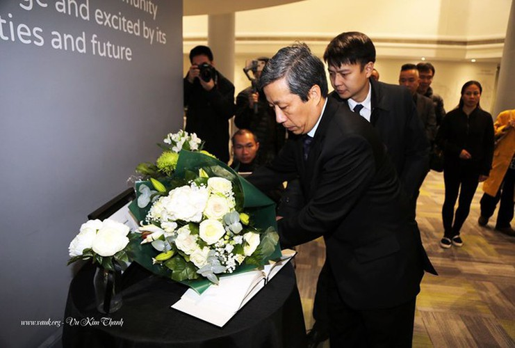 vietnamese ambassador lays flowers in essex to commemorate 39 victims hinh 1
