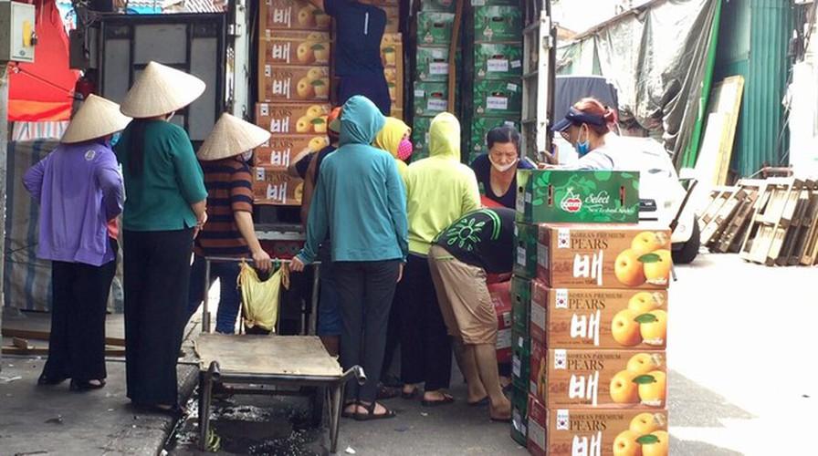 hanoi market porters struggle to survive covid-19 outbreak hinh 10
