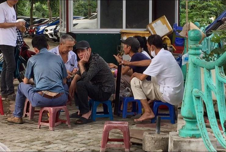 hanoi market porters struggle to survive covid-19 outbreak hinh 1