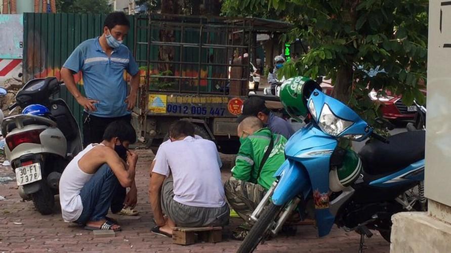 hanoi market porters struggle to survive covid-19 outbreak hinh 7