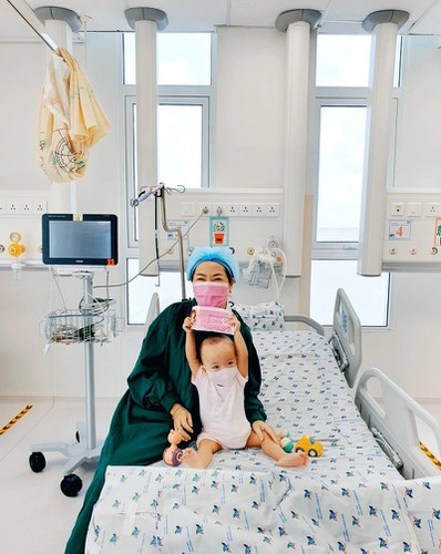 loving photos show conjoined twins after removal of leg cast hinh 2